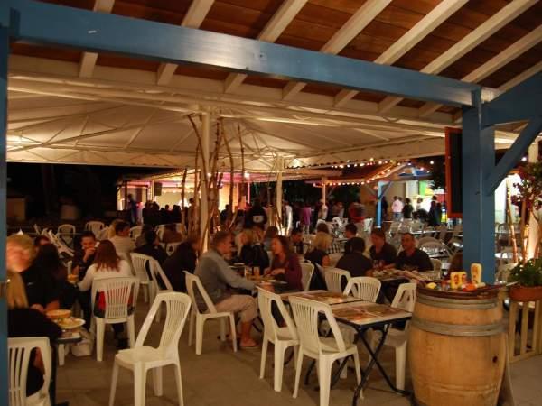 Un cadre agréable avec une grande terrasse en partie couverte venez vous restaurer dans notre camping Marina Landes